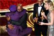 """Сэмюэл Л. Джексон обнимает Спайка Ли, получившего награду за лучший адаптированный сценарий для фильма """"Черный клановец"""""""