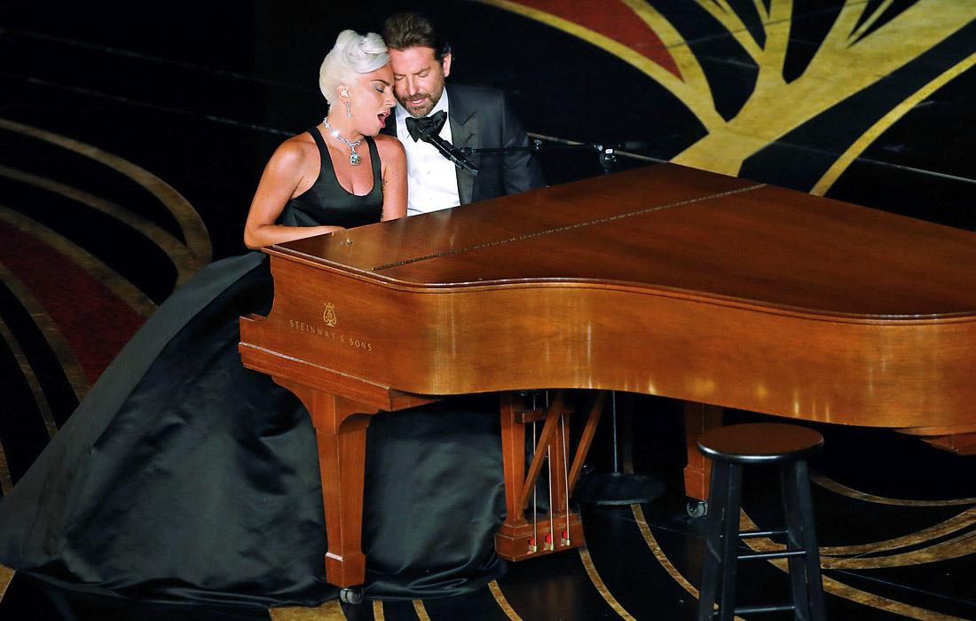 """Леди Гага и Брэдли Купер исполняют песню """"Shallow"""""""