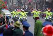 Многочисленные жители столицы Вьетнама выстраиваются вдоль пути следования кортежей, чтобы приветствовать мировых лидеров