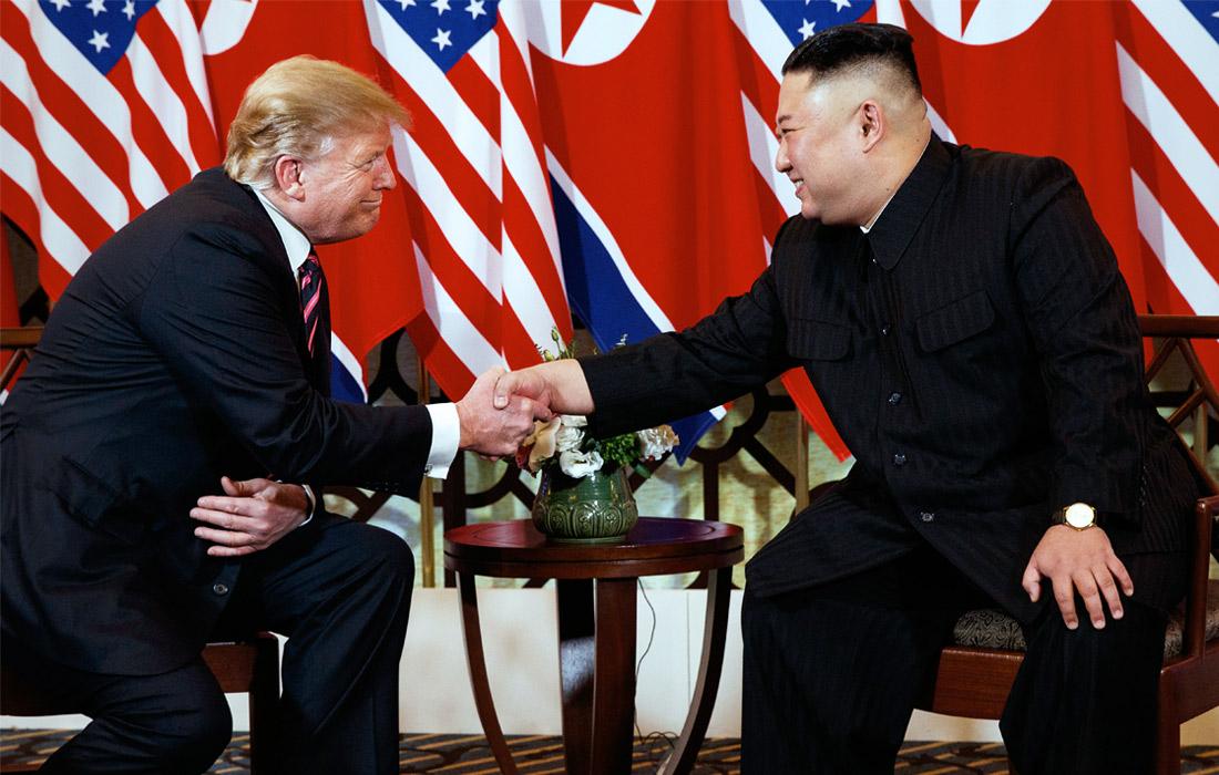 """В первый день саммита прошла краткая встреча Трампа и Ким Чен Ына в формате """"один на один"""". Улыбающиеся лидеры двух стран обменялись рукопожатием, Трамп похлопал лидера КНДР по плечу."""