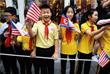 На улице политиков ждали десятки школьников, размахивающие флажками Северной Кореи и США