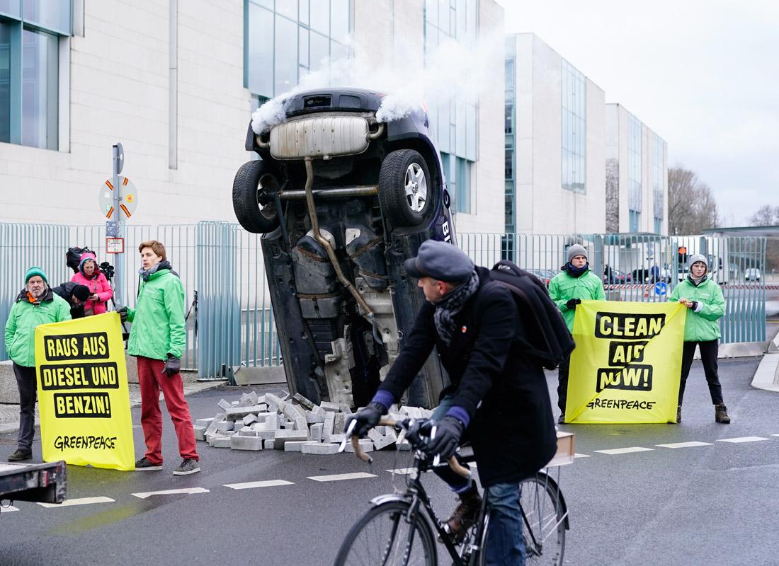 Протест Гринпис перед зданием канцелярии в Берлине, где обсуждается проблема выбросов выхлопных газов