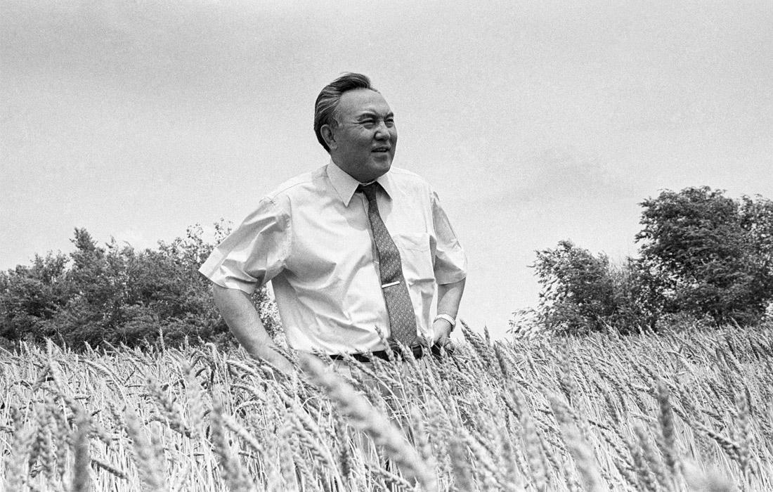 Президент Казахстана Нурсултан Назарбаев в поле. 1992 год