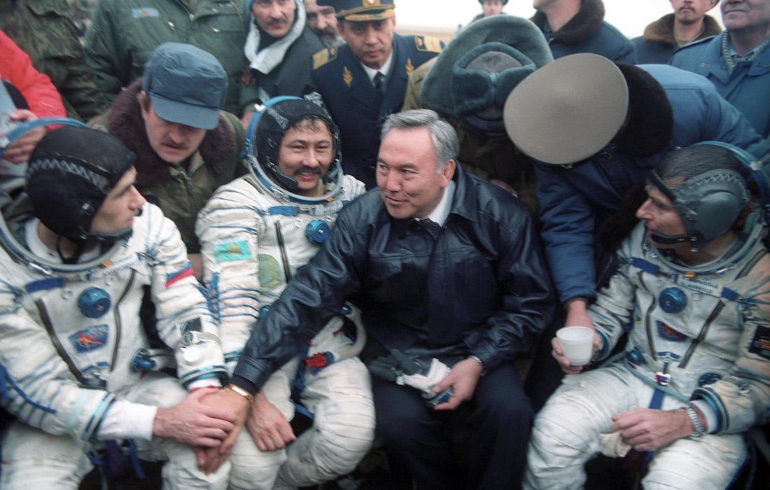 """Назарбаев с членами экипажа космического корабля """"Союз ТМ-19"""". 1994 год."""