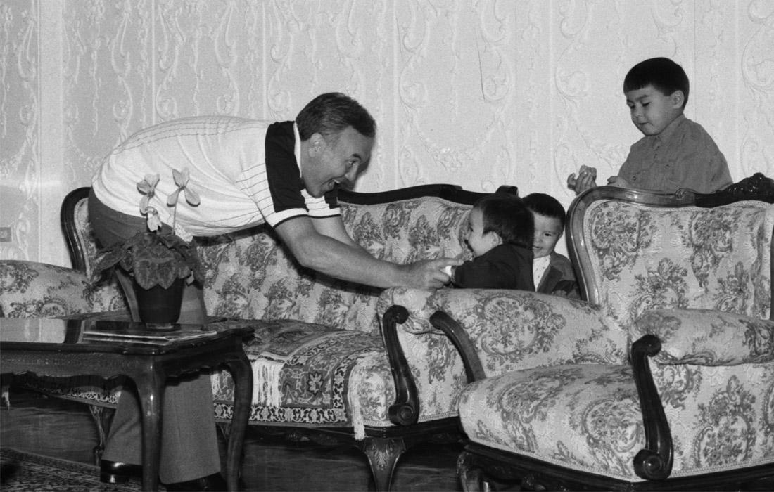 Нурсултан Назарбаев с внуками Айсултаном, Алтаем и Нурали (слева направо). 1992 год.