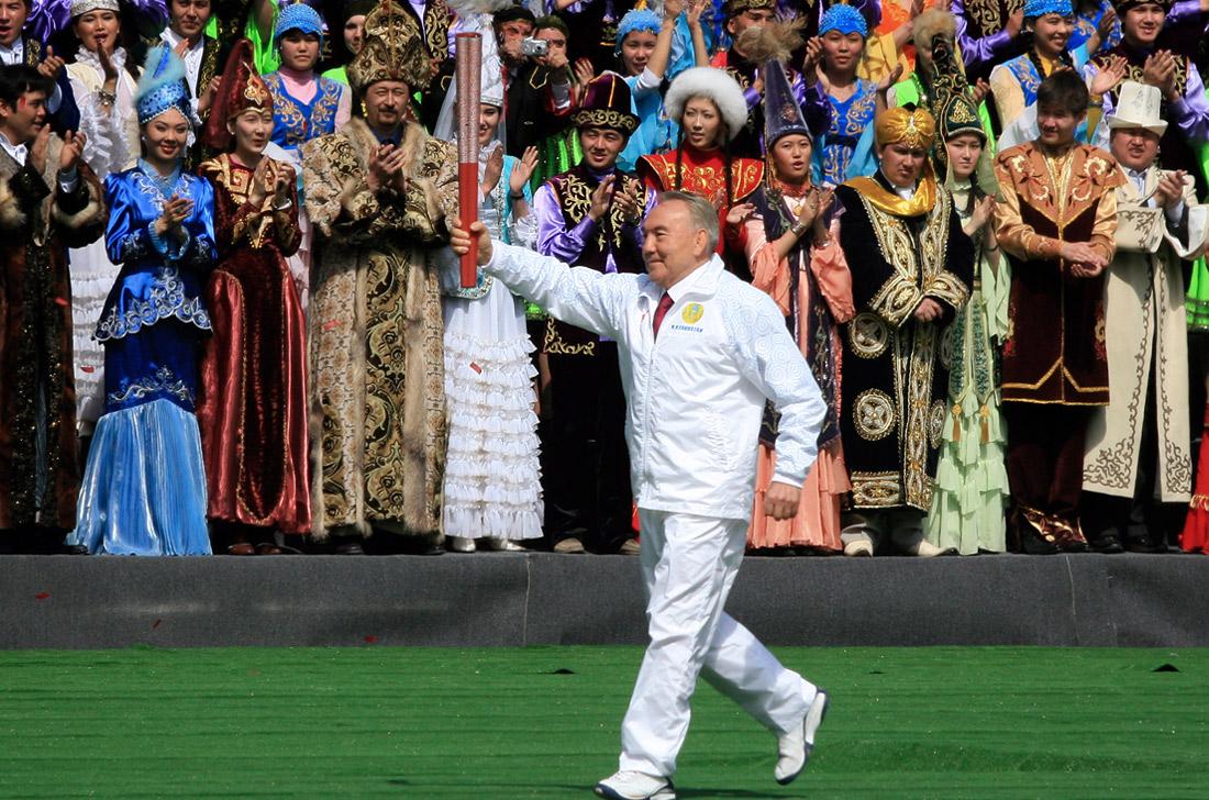 Президент Казахстана Нурсултан Назарбаев во время церемонии передачи олимпийского огня. 2008 год.