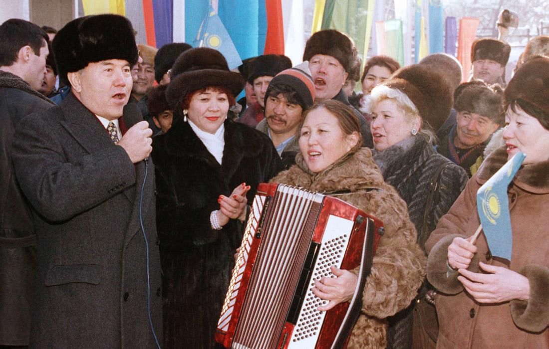 Президент Казахстана Нурсултан Назарбаев поет песню с работниками завода в Алма-Ате. 1999 год.