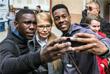 Кандидат в президенты Украины, бывший премьер-министр страны Юлия Тимошенко фотографируется с иностранными студентами во время встречи с избирателями в Ужгороде