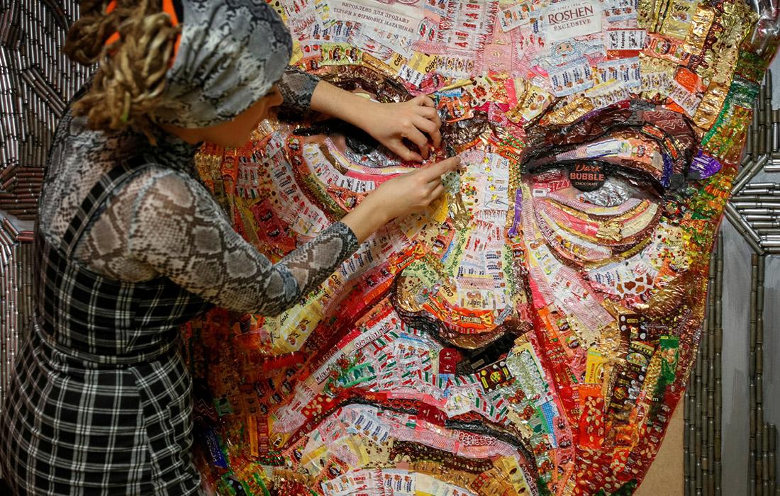 Украинская художница Дарья Марченко создала портрет Петра Порошенко из оберток конфет Roshen и остатков снарядов