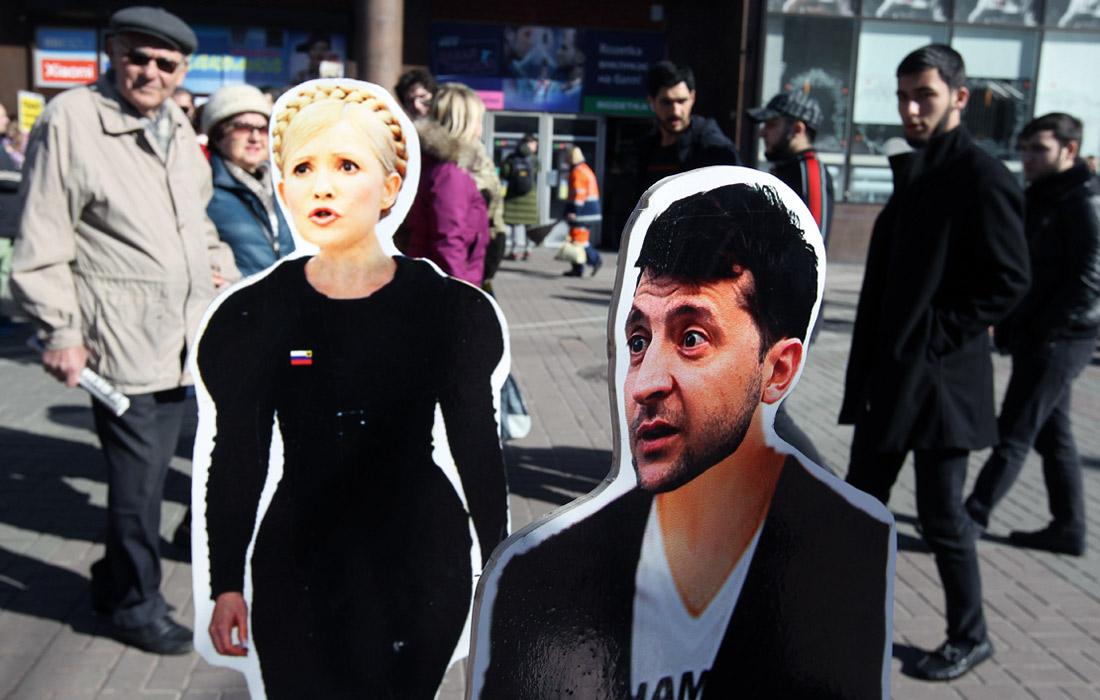 Ростовые фигуры Юлии Тимошенко и Владимира Зеленского, установленные группой активистов на одной из улиц Киева