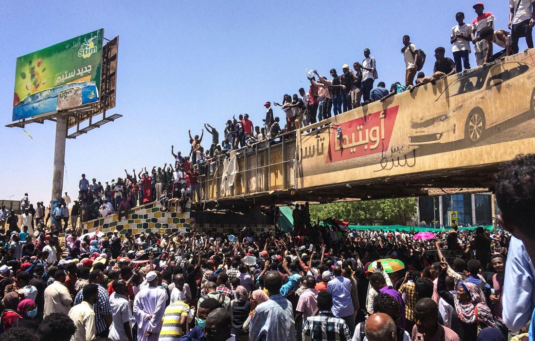 Массовые протесты против правления аль-Башира начались в декабре прошлого года. Их причиной послужило намерение правительства повысить цены на хлеб на фоне экономического кризиса в стране.