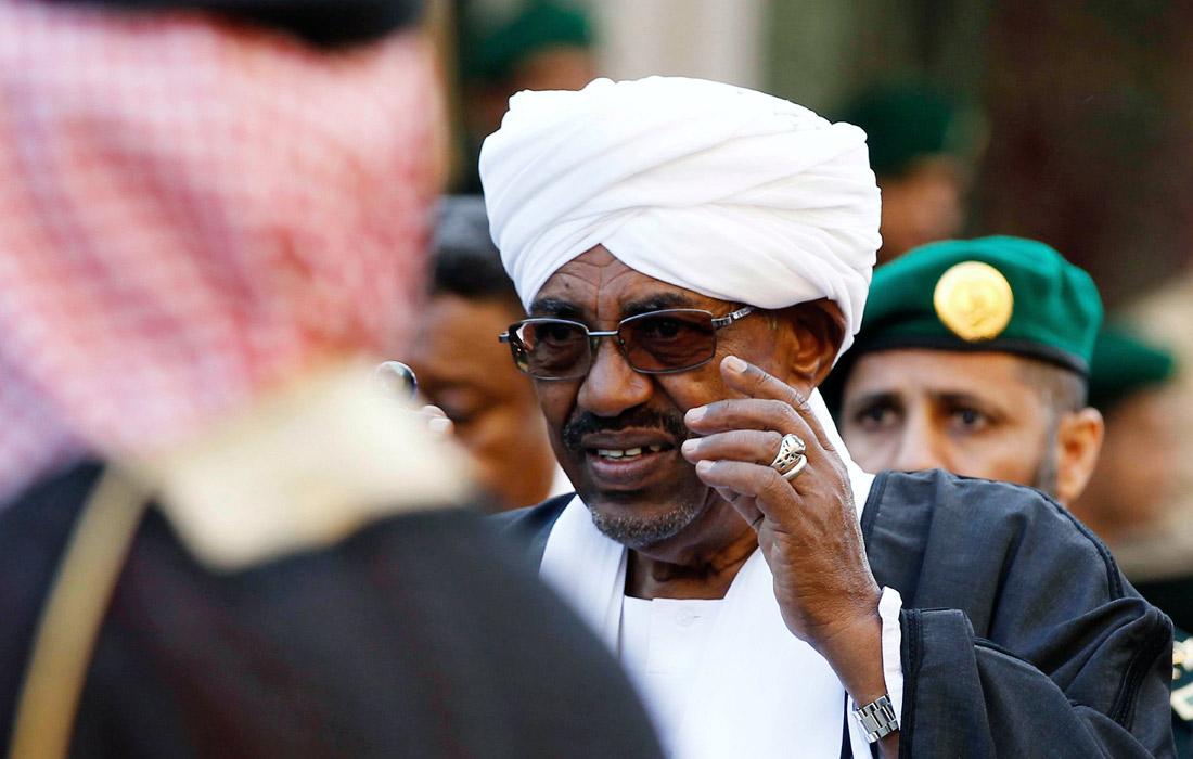 Президент Судана Омар аль-Башир, возглавляющий страну 30 лет, ушел в отставку, некоторые действующие и бывшие должностные лица были арестованы