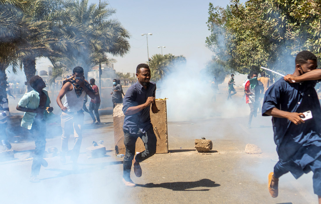 В столкновениях между протестующими и военными погибли не менее 11 человек, включая шестерых военнослужащих