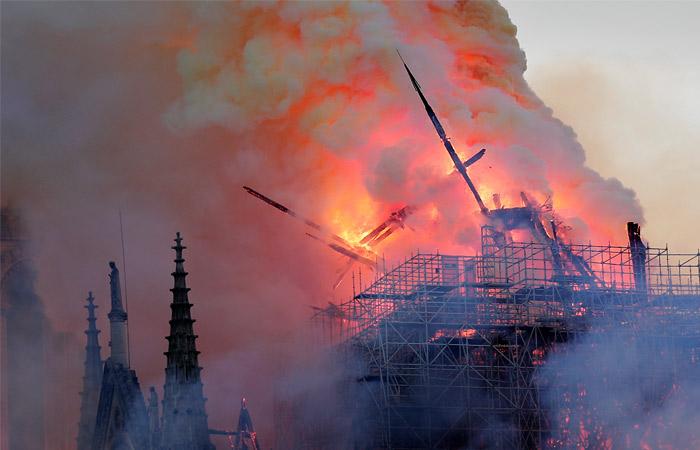 Рухнула кровля горящего собора Парижской Богоматери