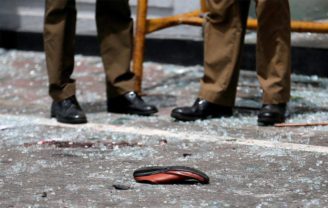 Сотрудники полиции на месте взрыва в церкви Святого Антония