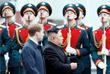 На привокзальной площади Владивостока северокорейского лидера встретил военный оркестр
