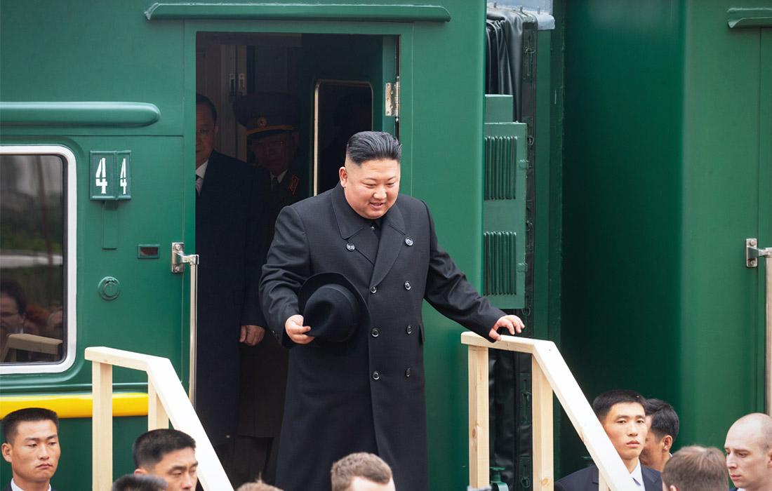 Бронепоезд Ким Чен Ына пересек российскую границу утром в среду. На приграничной железнодорожной станции Хасан северокорейский лидер остановился, чтобы попробовать приветственный каравай.
