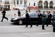 На привокзальную площадь подали лимузин, который заранее доставили во Владивосток. Ким Чен Ын сел в него и уехал, окруженный сотрудниками охраны, бегущими рядом с автомобилем.