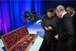 Путин подарил лидеру КНДР дорожный чайный сервиз и саблю, а Ким Чен Ын в ответ президенту РФ подарил меч. Согласно традиции при получении в подарок оружия лидеры обменялись и монетками.