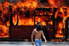 Противники Мадуро отправились к президентскому дворцу в Каракасе