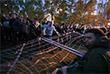 Забор по периметру будущей стройки, который активисты во время предыдущей акции протеста в понедельник повалили на траву, стоит на месте. В одном месте часть забора завалили, но охрана быстро подняла его. Вдоль забора дежурят сотрудники полиции и частного охранного предприятия.
