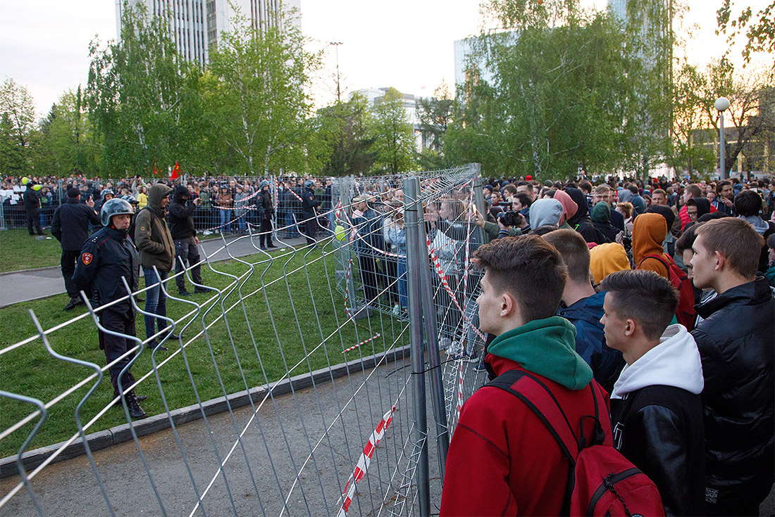 Во вторник 14 числа жители Екатеринбурга снова вышли протестовать против строительства храма на этом месте. К скверу были подтянуты три машины ОМОНа, несколько машин патрульно-постовой службы, ДПС, скорая помощь.