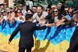 Владимир Зеленский приветствует своих сторонников у Мариинского дворца перед началом церемонии инаугурации