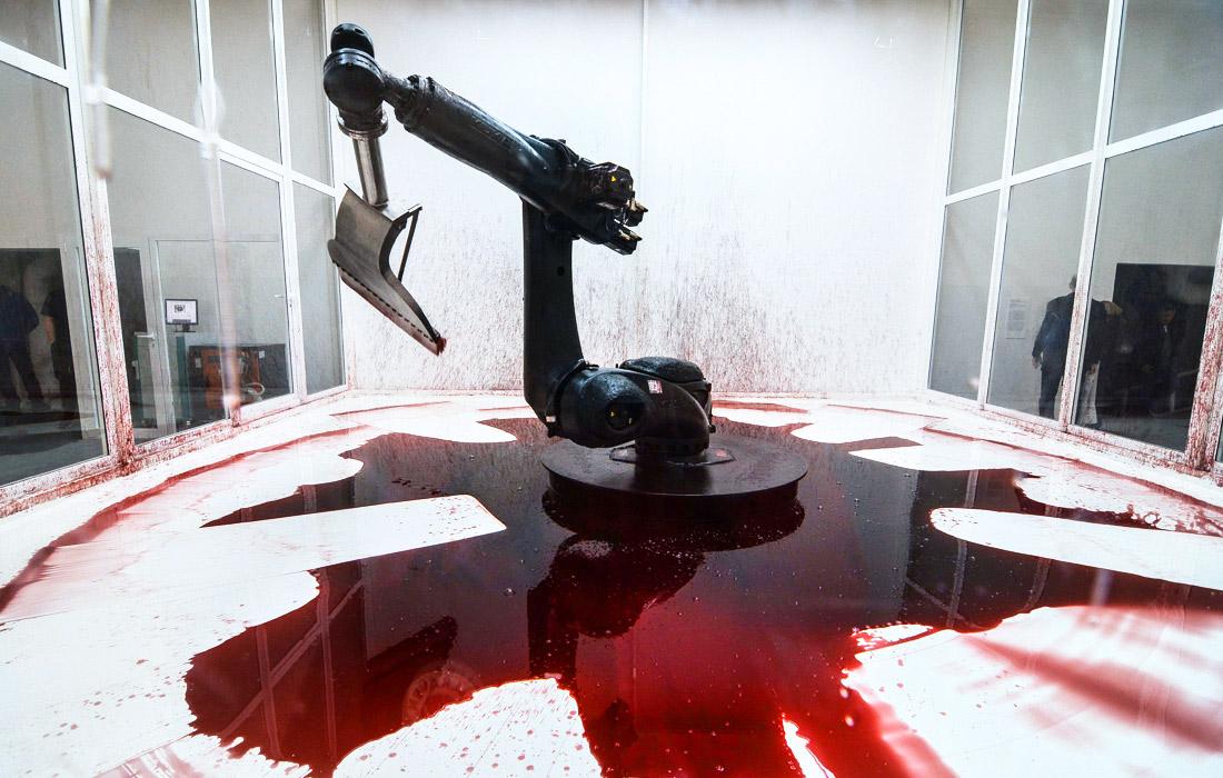Инсталляция Can't Help Myself китайских художников Сунь Юань и Пэн Юй