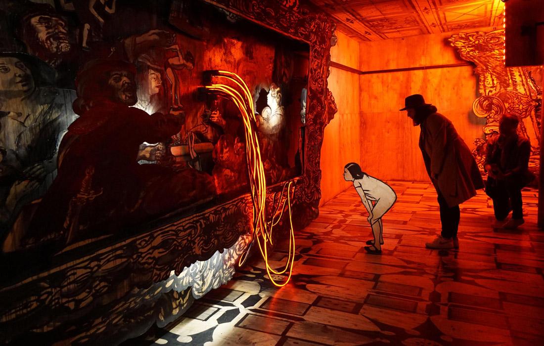 Фрагмент инсталляции кинорежиссера Александра Сокурова и театрального художника Александра Шишкина-Хокусая в российском павильоне