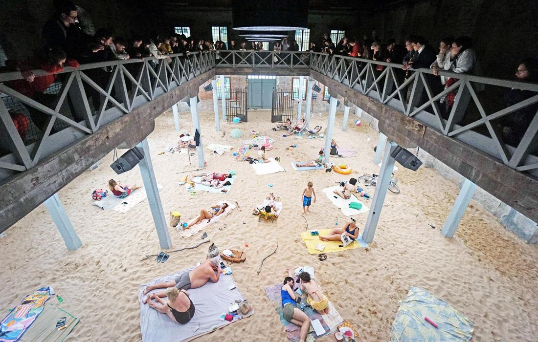 Перформанс Sun and sea художников из Литвы