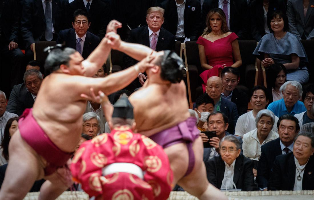 Дональд Трамп вместе с первой леди Меланией Трамп, премьер-министром Японии Синдзо Абэ и его супругой Акиэ посетили турнир по японскому единоборству