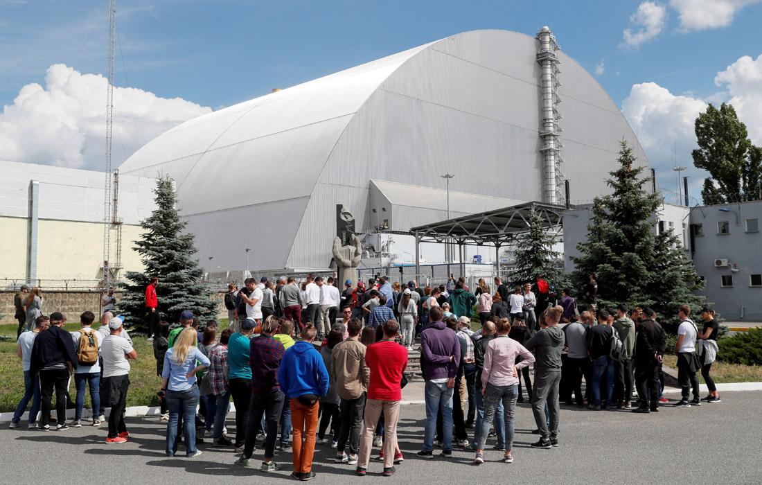Чернобыльская АЭС расположена вблизи города Припять в 18 км от города Чернобыль. Авария на АЭС произошла 26 апреля 1986 года. Взрывом был разрушен четвертый энергоблок, в атмосферу выбросило большое количество радиоактивных веществ.