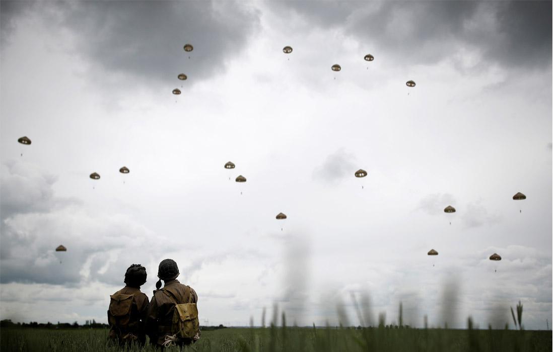 Спуск парашютистов над Саннервиллем во Франции