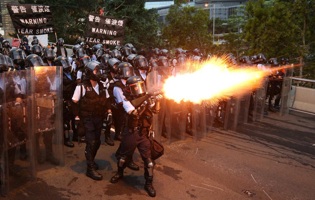 Для наведения порядка полиция использовала перцовый и слезоточивый газ, дубинки, резиновые пули и дымовые шашки