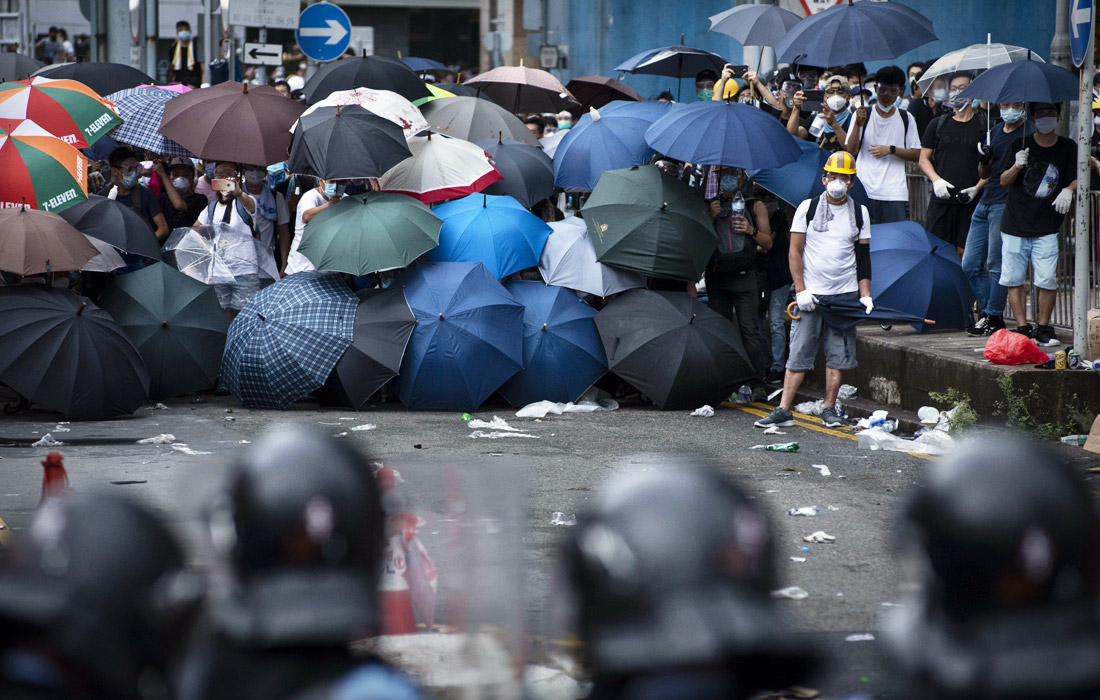 Власти Гонконга закрыли все правительственные офисы в центре города из-за беспорядков