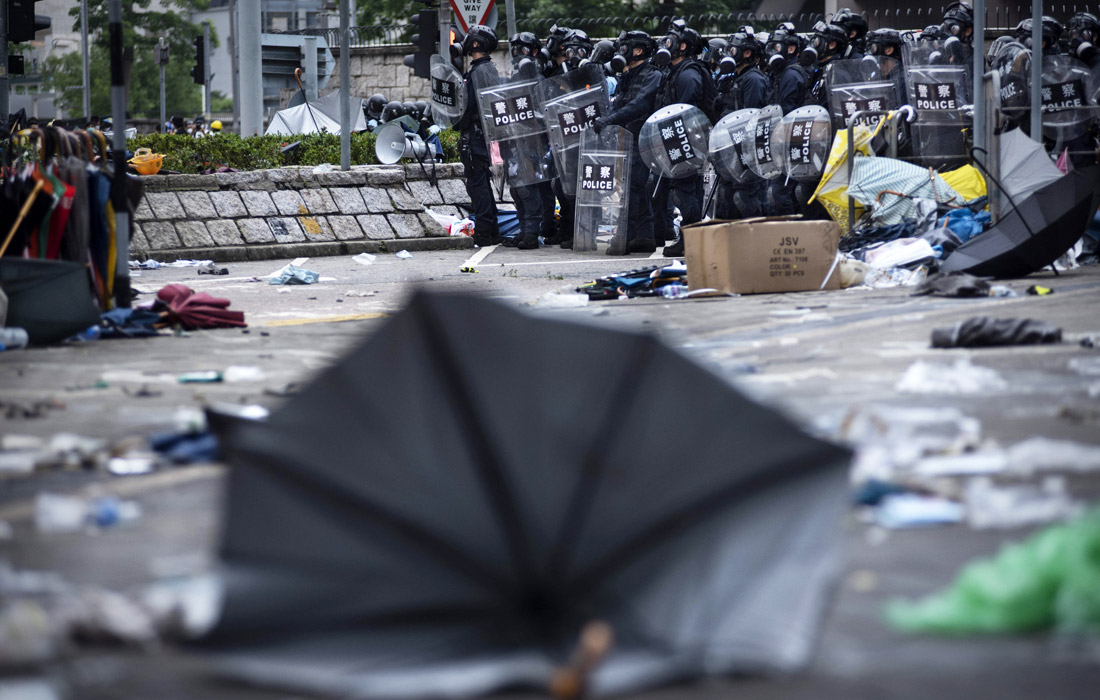 Власти Гонконга опасаются повторения выступлений, в центре города работают усиленные патрули полиции
