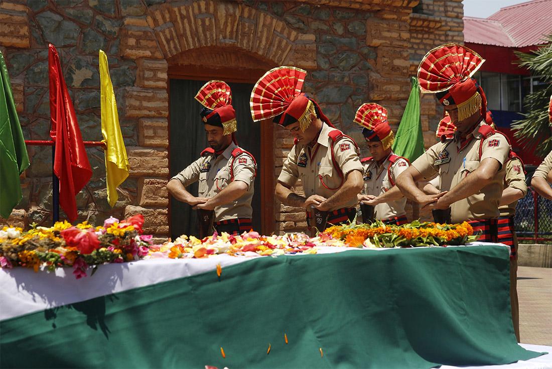 В индийском Срингаре простились с полицейским, убитым накануне в результате нападения боевиков. Воздать почести погибшему пришли высшие полицейские чины и министр внутренних дел.