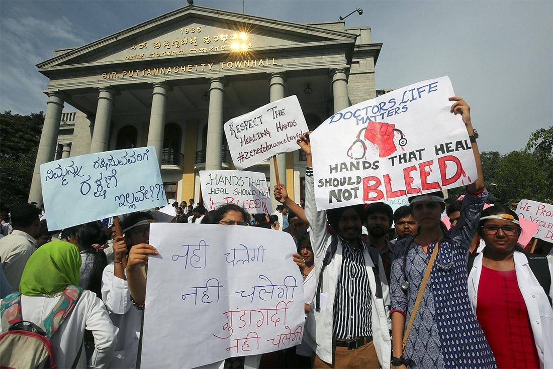 Индийские врачи вышли на забастовку с требованием защитить их от побоев со стороны пациентов и их родственников. Неделю назад в одной из больниц Калькутты родственники умершего пациента избили больничный персонал.
