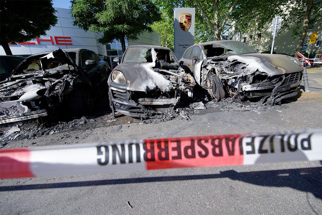 В ночь на понедельник в Кельне, на территории автосалона, сгорели четыре автомобиля марки Porsche. Полиция предполагает поджог.