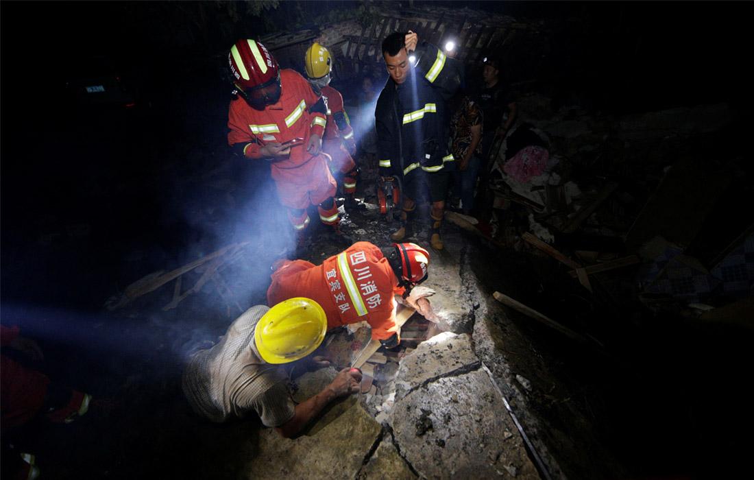 В китайской провинции Сычуань произошло землетрясение магнитудой 6,0. Полностью или частично было разрушено значительное число домов, серьезно пострадали дороги и линии электроснабжения, связи. В результате удара стихии не менее 12 человек погибли, еще 134 пострадали. Для поиска остающихся под завалами людей и устранения последствий землетрясения привлечены отряды спасателей и медиков, а также около 600 военнослужащих.