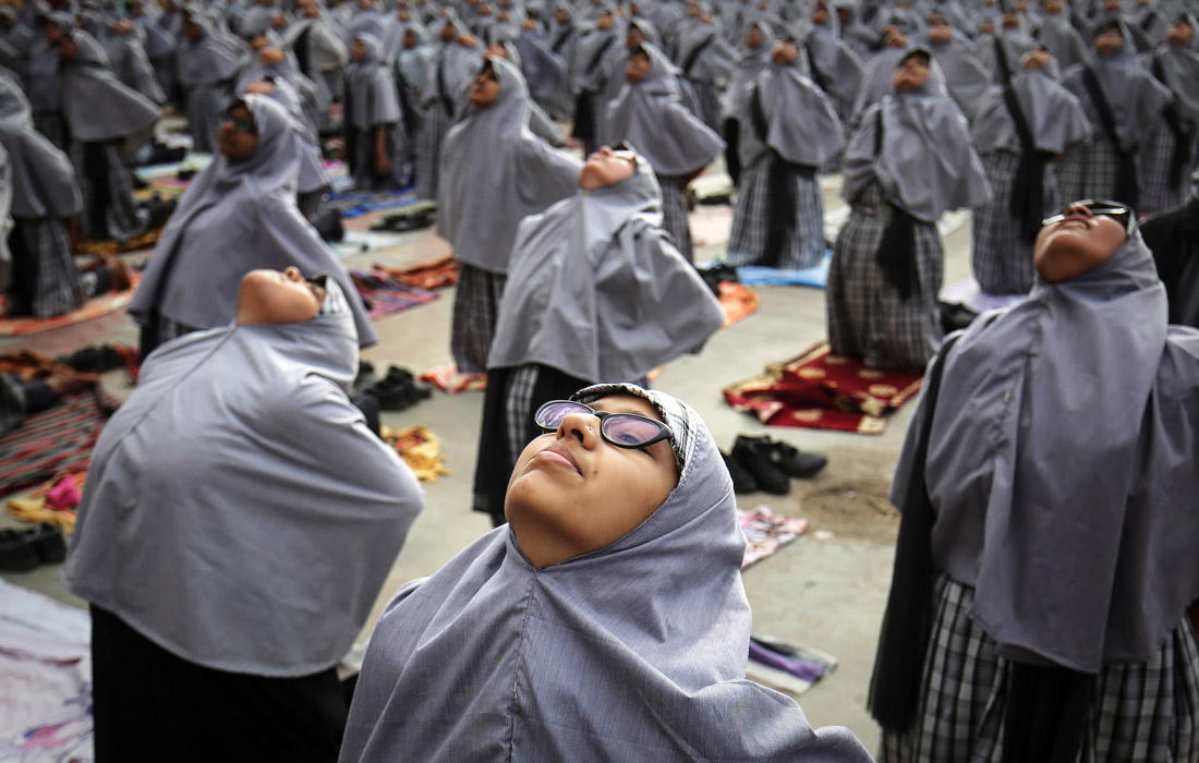 Массовое занятие йогой в преддверии Международного дня йоги в Ахмедабаде
