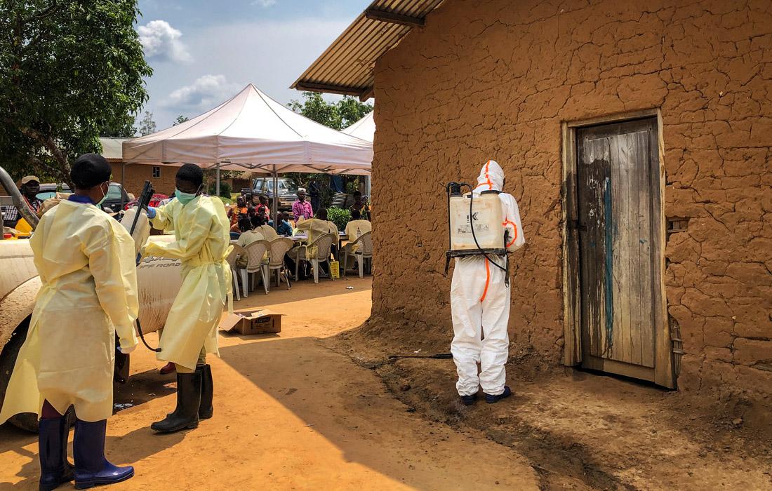 Сотрудники муниципальных служб проводят дезинфекцию дома в деревне Мабалако в восточной части Конго, где были обнаружены два случая заболевания лихорадкой Эбола, для предотвращения дальнейшего распространения вируса