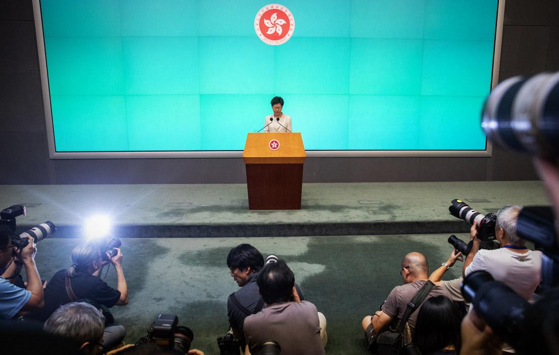 """Глава администрации Гонконга Кэрри Лам принесла извинения за ситуацию с законопроектом об экстрадиции, повлекшем миллионные протесты. Лам заявила, что рассчитывает проработать на своем посту до конца срока действий ее полномочий, несмотря на требования протестующих о ее отставке. Глава Гонконга добавила, что хочет получить шанс """"исправиться""""."""