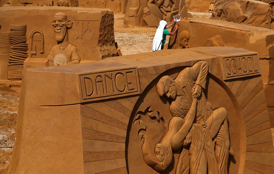На побережье Северного моря в бельгийском городе Остенде готовятся к ежегодному фестивалю песчаных скульптур