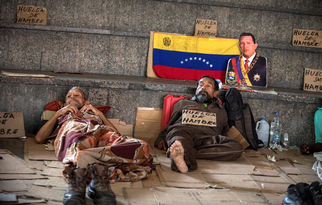 Бывшие работники Exxon Mobil продолжают голодовку в километре от президентского дворца в Каракасе, требуя от правительства страны соблюдения их прав