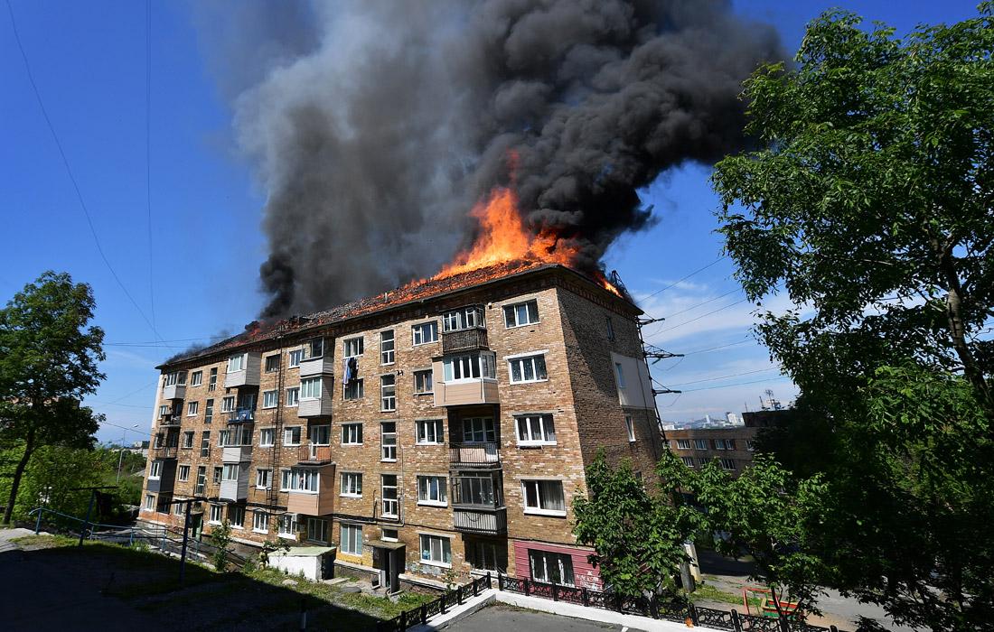 Пожар произошел на крыше пятиэтажного жилого дома во Владивостоке. Площадь возгорания составила 300 кв. м. При тушении было задействовано 40 человек и 11 единиц техники. Спасатели эвакуировали жильцов дома, пострадавших в результате пожара нет.