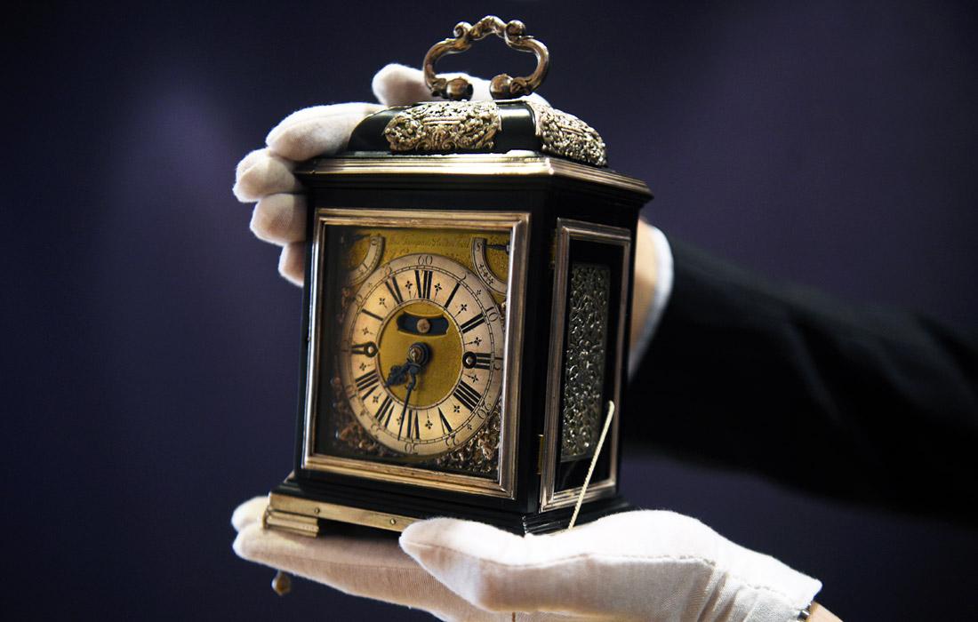 Одни из самых ценных часов в мире работы Томаса Томпиона выставлены на торги Bonhams в Лондоне. Стартовая стоимость настольных часов, созданных в 1693 году для королевы Марии II, составляет 2 млн фунтов стерлингов (около 2,5 млн долларов).