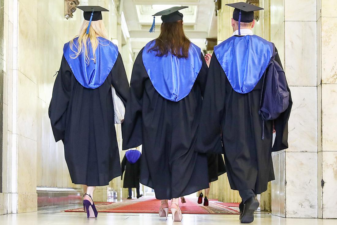 Выпускникам МГУ раздали их красные дипломы