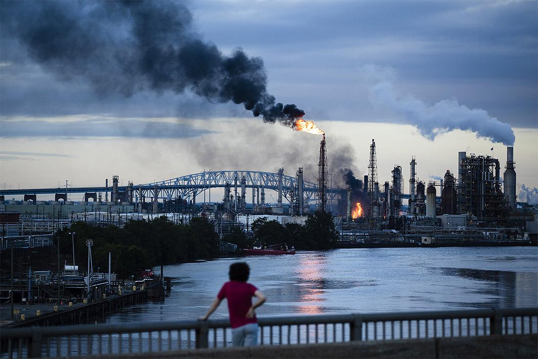 На нефтеперерабатывающем заводе Philadelphia Energy Solutions после серии взрывов произошел пожар