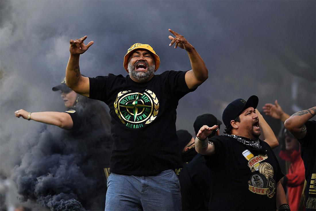 Фанаты команды San Jose Earthquakes радуются успехам своей команды. Лос-Анджелес.